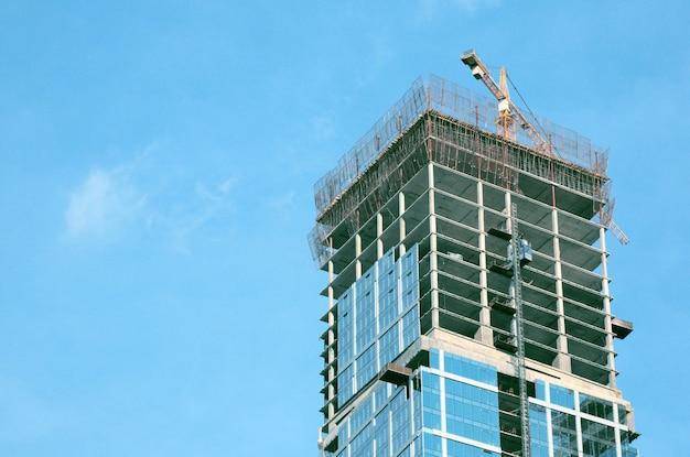 Бизнес современные здания из стекла под голубым небом