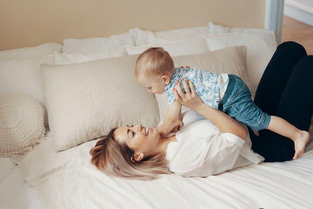 ビジネスママは休憩します。マルチタスク、フリーランス、母性のコンセプト