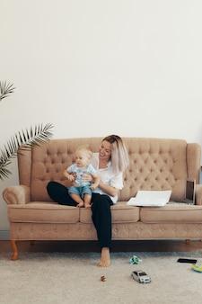 Бизнес мама берет перерыв. концепция многозадачности, фриланс и материнства