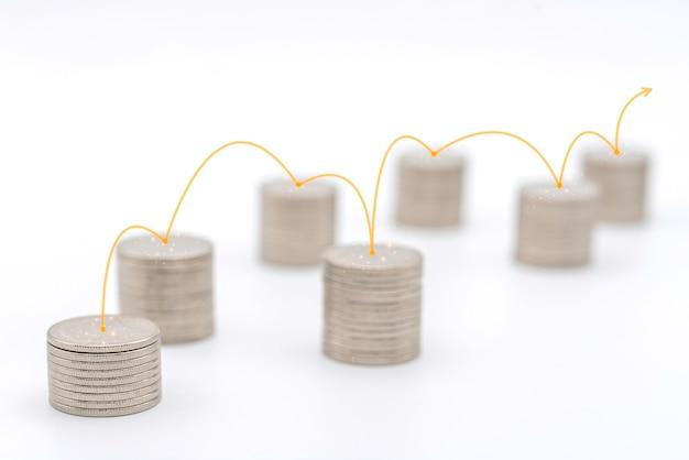 비즈니스 돈과 계획 개념입니다. 흰색 바탕에 각 스택을 연결하는 빨간색 선으로 은화 스택의 근접 촬영.