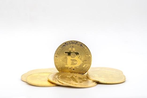 ビジネス、お金、テクノロジー、暗号通貨の概念。白い背景で隔離のコインの山と金ビットコインコインのクローズアップ。