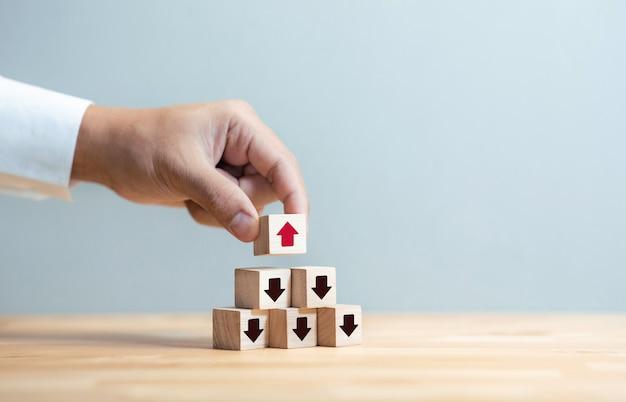 Деловая мотивация или успех со стрелкой вверх и вниз на деревянной коробке. скопируйте пространство