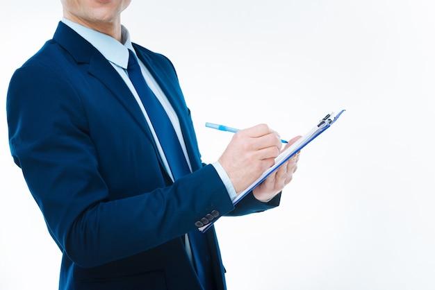 비즈니스 노트. 일하는 동안 긍정적 인 좋은 똑똑한 사업가에 의해 촬영되는 주목의 닫습니다
