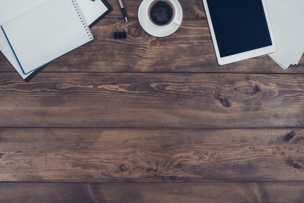 木製のオフィステーブルに分離されたビジネスオブジェクト