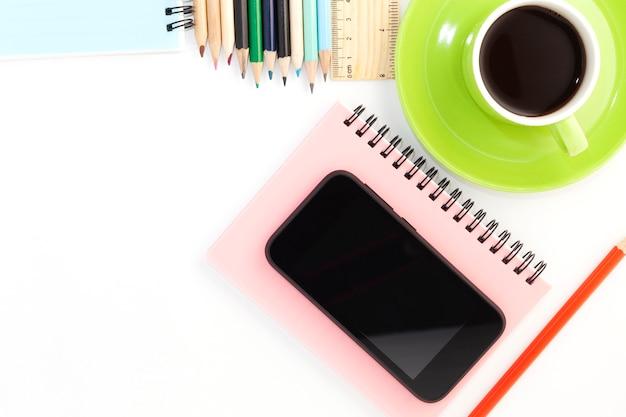 스마트 폰, 종이 노트와 연필 흰색 배경에 커피 컵의 비즈니스 개체
