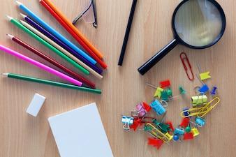 カラフルな鉛筆のビジネスオブジェクト、白い紙のメモ、虫眼鏡