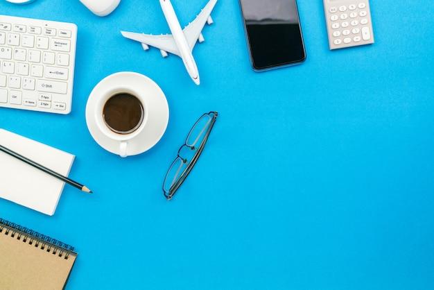 自宅から仕事のビジネスオブジェクトテキストのコピースペース。