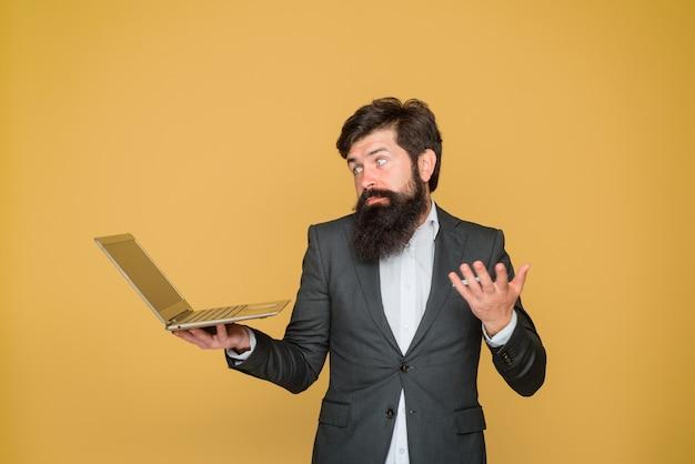 비즈니스 사무실 기술 인터넷은 사무실 비즈니스 남자 작업에서 노트북 컴퓨터와 남자를 혼동