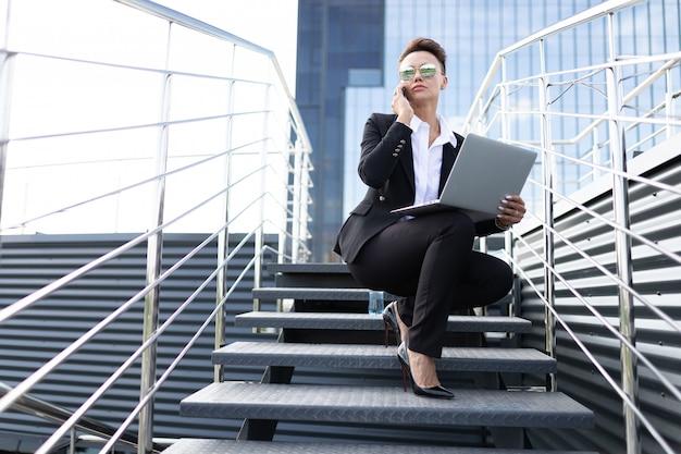 外出先でのビジネス、企業経営の専門家である若いビジネスウーマンのコンセプト