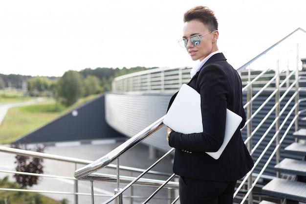 Business on the go, концепция молодой успешной бизнес-леди, профессионал в управлении компанией