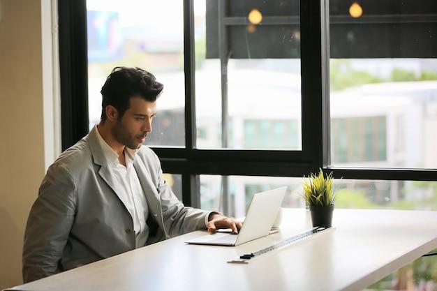 Бизнес-концепция онлайн-встречи. крупным планом вид человек болтает с командой коллег, работающих на мобильном компьютере в современном офисе.