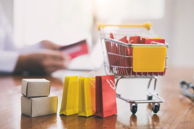 Концепция бизнес-покупок и доставки в интернете.