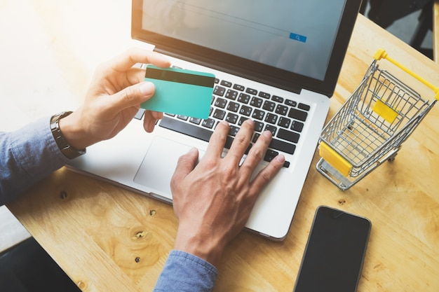 Бизнес-концепция покупки и продажи в интернете.