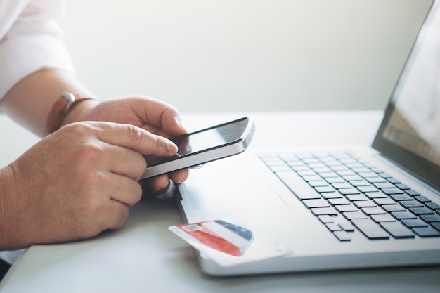 Концепция бизнес-онлайн-покупок. люди покупают и платят по карте credeit
