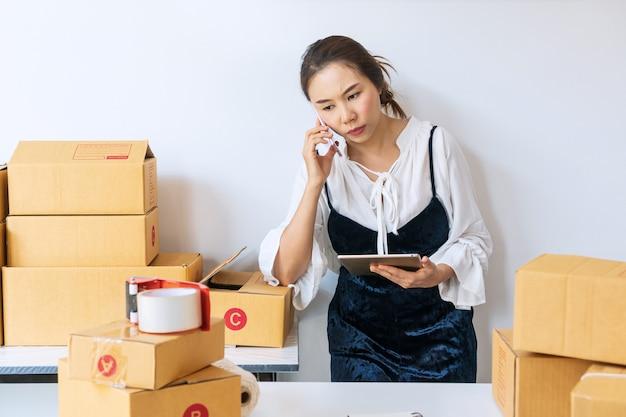 経営者の女性は顧客を悩ませ、退屈な感情で働いています。オンライン販売のコンセプト。