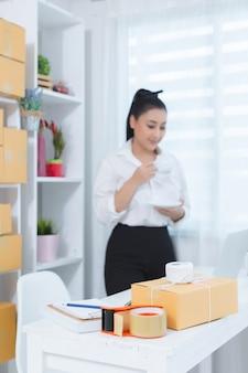 사무실에서 일하는 사업 소유자
