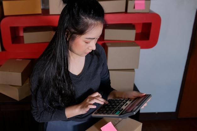Владельцы бизнеса - предприниматели, занимающиеся онлайн-продажами, работающие на дому. получение заказов на покупку от клиентов с упаковкой и идеями онлайн-продаж.