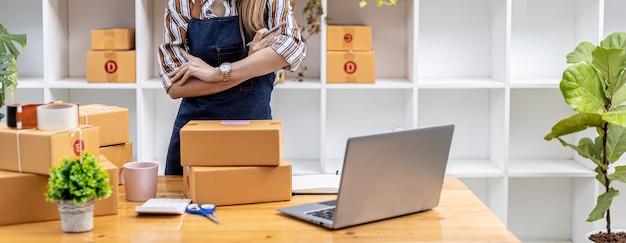 Владельцы бизнеса открывают интернет-магазин, упаковывают продукты в прочные и безопасные посылочные коробки, отправляют продукты через частные транспортные компании, концептуальные изображения для открытия онлайн-бизнеса.