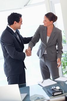 Деловой партнер, рукопожатие после закрытия сделки
