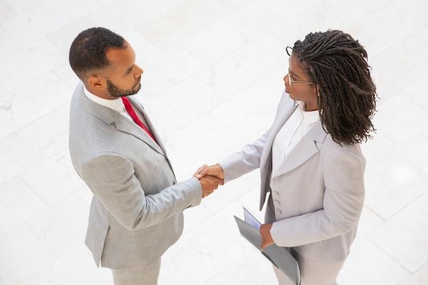 Деловые партнеры заключают сделку