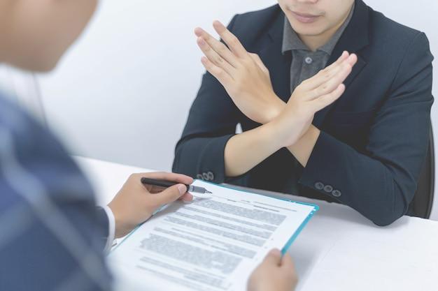 비즈니스 파트너는 불합리하고 착취하는 금융 계약을 거부하는 남성 젊은 기업가를 개념으로 합니다.
