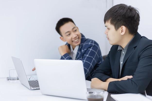 Деловые партнеры представляют молодого бизнесмена, говорящего со своим коллегой о маркетинговом плане нового готовящегося к выпуску продукта.
