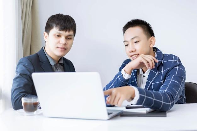 Деловые партнеры представляют двух молодых продюсеров-мужчин, обсуждающих и меняющих идеи для разработки модели нового проекта.