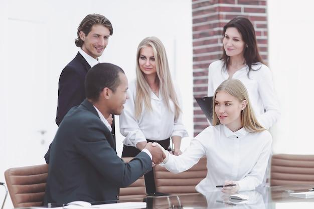 Деловые партнеры проводят семинар в офисе