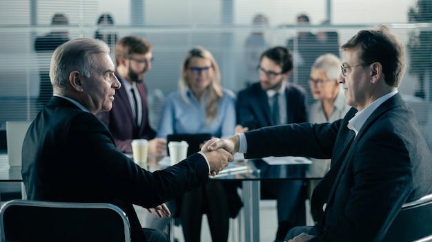 ビジネスパートナーは、商談中に自信を持って握手します。協力の概念