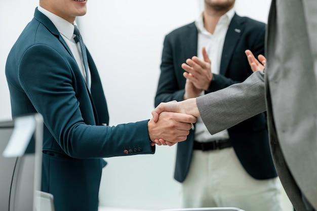 ハンドシェイクで取引を確認するビジネスパートナー
