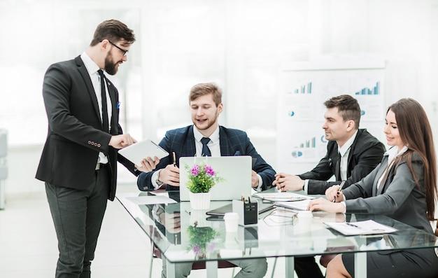 Деловые партнеры обсуждают прибыль перед подписанием контракта на рабочем месте в современном офисе. на фото есть пустое место для вашего текста
