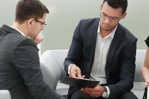 ビジネスパートナーが契約条件について話し合います。