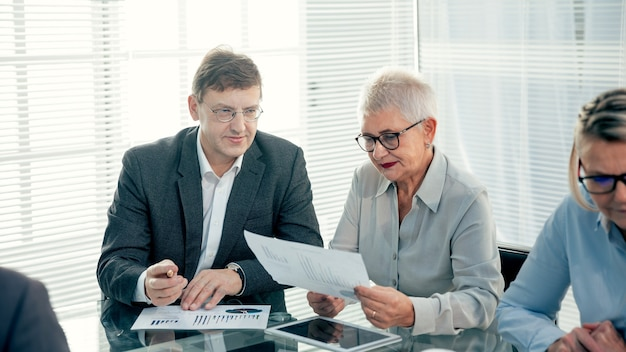 共同金融プロジェクトについて話し合うビジネスパートナー