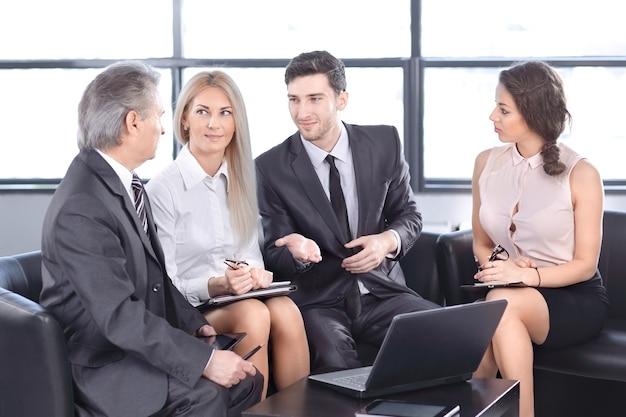새로운 계약을 논의하는 비즈니스 파트너. 대화의 개념
