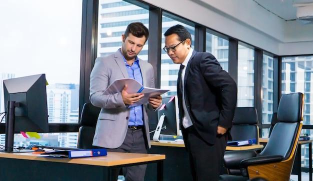 ビジネスドキュメントについて話し合うビジネスパートナー。