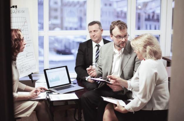 オフィスで契約条件について話し合うビジネスパートナー