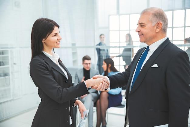 악수로 서로 인사하는 비즈니스 파트너. 협력의 개념