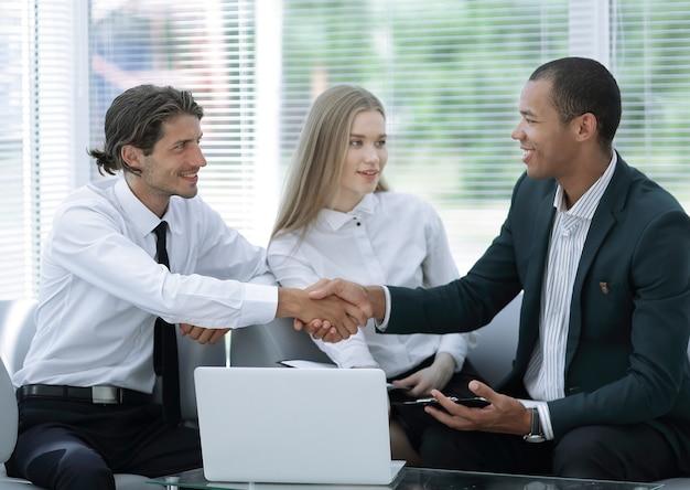 握手でお互いに挨拶するビジネスパートナー