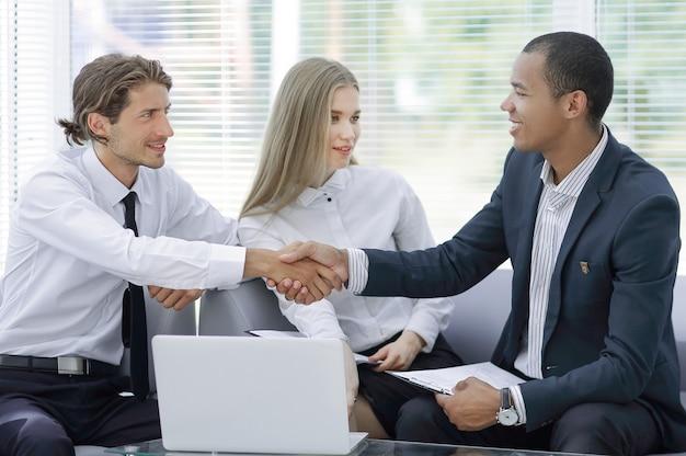 握手でお互いに挨拶するビジネスパートナー。