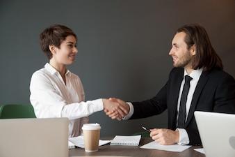 ビジネス会議の間に握手で挨拶するビジネスパートナー