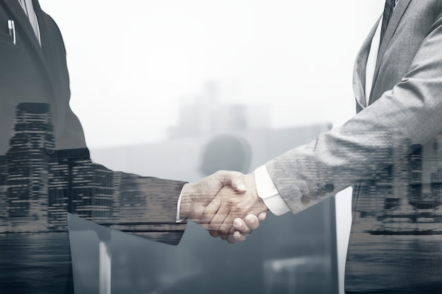 Concetto di affari internazionali della stretta di mano dei partner commerciali