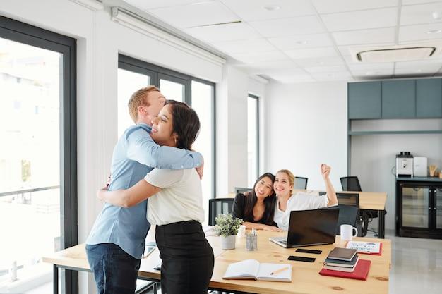 Деловые партнеры довольны своим достижением