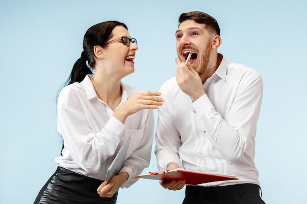 会話をしているビジネスパートナー