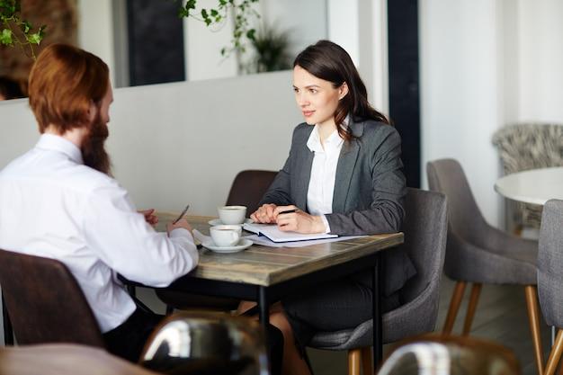 Деловые партнеры в кафе