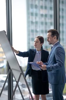 Деловые партнеры в формальной одежде на работе