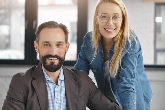 オフィスのクローズアップのビジネスパートナー