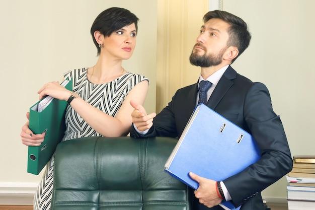Деловые партнеры в офисе, держат документы. договорная связь