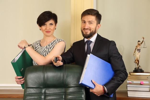Деловые партнеры в офисе, держат документы
