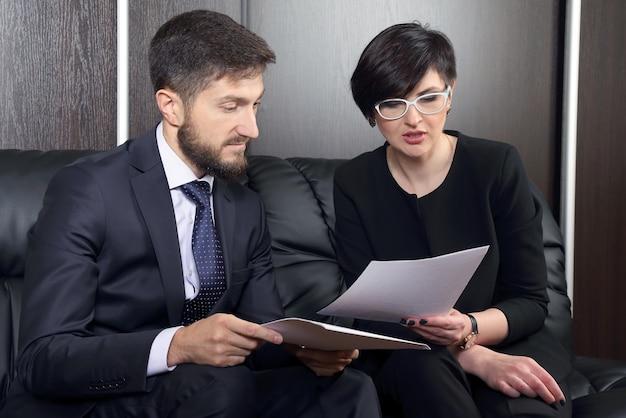 문서를 공부하는 사무실의 비즈니스 파트너