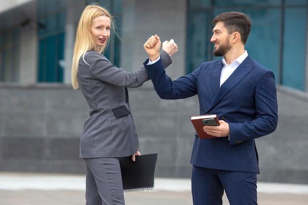 비즈니스 파트너 남자와 여자는 손으로 서로 인사